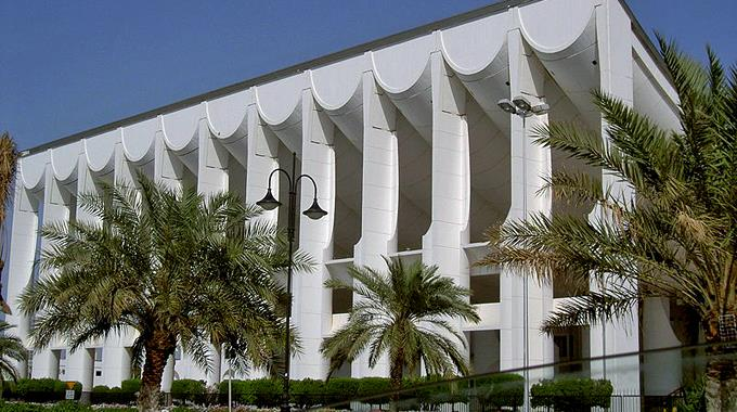 Vor dem Parlament in Kuwait waren gestern über 3000 Demonstranten.