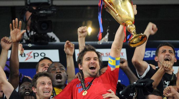 Grosse Freude beim FCB: Franco Costanzo hebt stolz den Pokal in die Höhe.