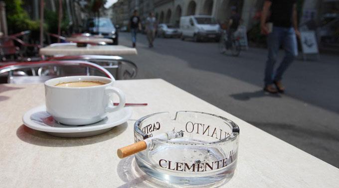 Laut den Initianten soll zudem das Rauchen gar an bestimmten öffentlichen Orten verboten werden.