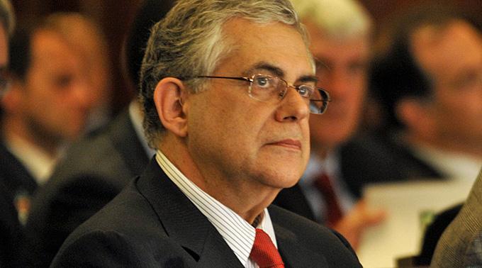 Ministerpräsidenten Lucas Papademos laufen die Minister weg.