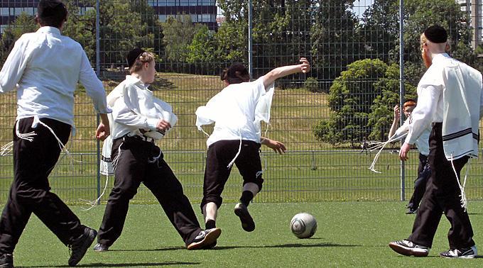 Jüdische Schüler beim Fussball spielen.