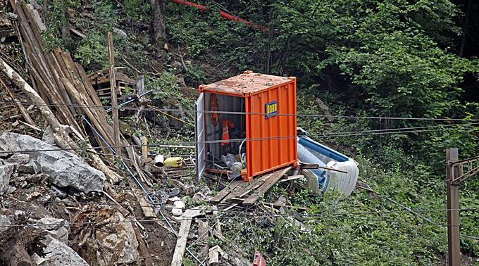 Ferngesteuerter Bagger soll in Gurtnellen Bauarbeiter ausgraben.