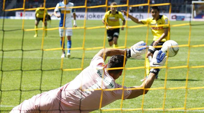 Roman Bürki hält den Penalty von Moreno Costanzo.