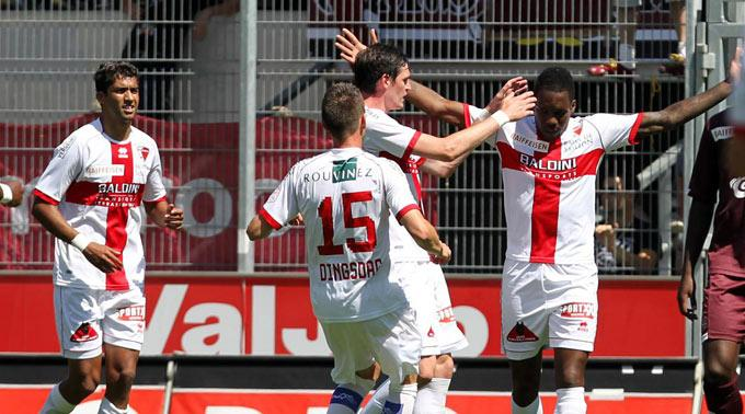 Sions Spieler und Penaltyschütze Mathieu Manset jubeln nach dem 1:0.