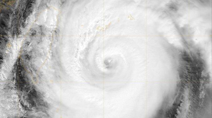 NASA's Terra Satellit überflog den Supertaifun Jelawat und schoss dieses Bild, als er sich der Pazifikinsel Okinawa, Japan, näherte.