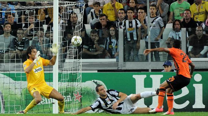 Donzeks Alex Teixeira netzt zum 1:0 für seine Farben ein.