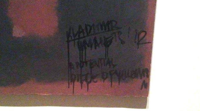 Grafiti auf Mark Rothko Bild in der Tate Modern.
