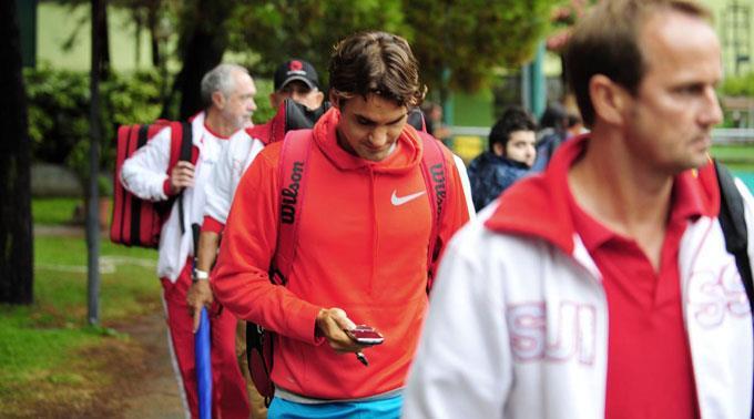 Ja, auch Tennisstar Roger Federer textet im Gehen.