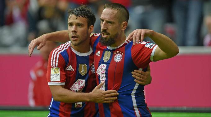 Juan Bernat (l.) und Franck Ribery bejubeln das 2:0.