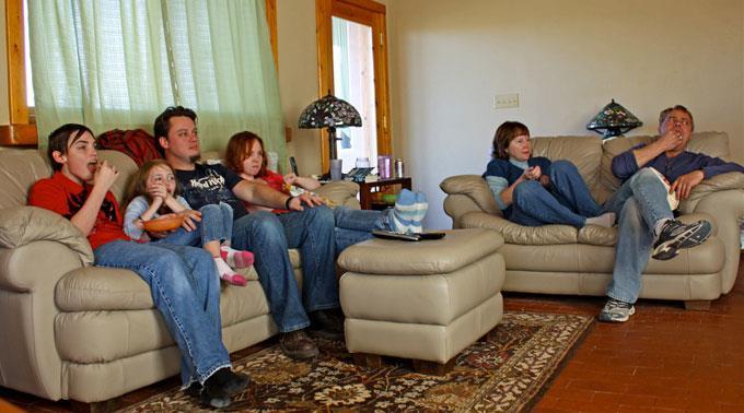 Kinder sitzen weniger lang vor dem TV als Erwachsene.