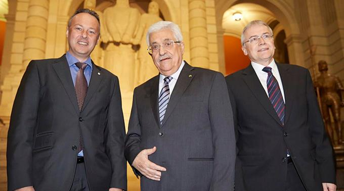 Ständerat Claude Heche (l.) und Nationalrat Stephane Rossini (r.) mit Mahmoud Abbas.