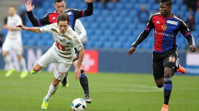 Basels Taulant Xhaka und Breel Embolo gegen Clemens Fandrich vom FC Luzern.